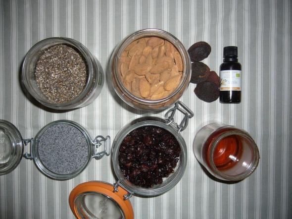 De haut en bas et de gauche à droite : graines de chia, graines de pavot, amandes, canneberges, abricots secs, arôme naturel de vanille, sirop d'agave